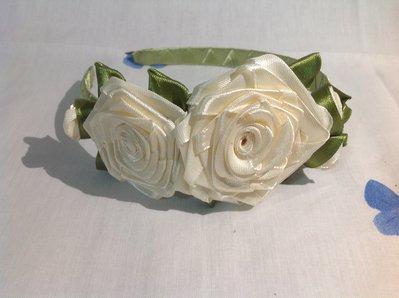Cerchietto con foglie verdi e roselline di color panna fatto a mano
