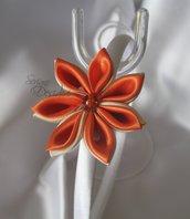 Cerchietto in raso bianco con decoro floreale kanzashi
