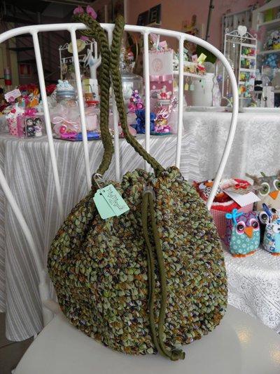 Borsa a sacchetto verde in fettuccia