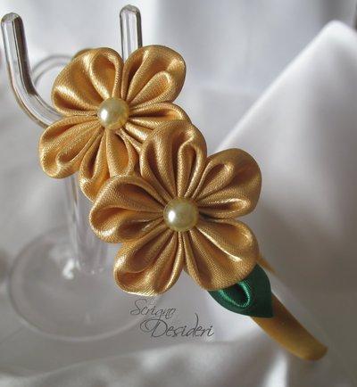 Cerchietto con fiori kanzashi color oro