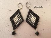 Orecchini pendenti con perline superduo bianche nere e argento