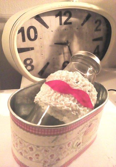 Coppia di barattolini da cucina bianchi e rossi decorati ad uncinetto con filo di spago bianco e rifiniti con nastro in grogrè rosso