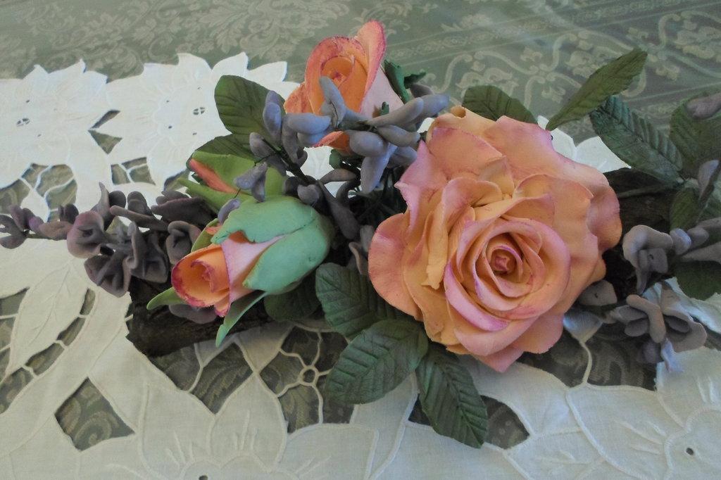 composizione fiori porcellana fredda su tronchetto di legno