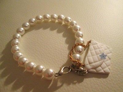 Bracciale in perle di vetro con miniborsa