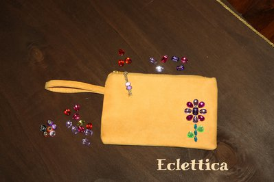 Borsetta clutch in alcantara gialla/arancio con pietre sew-on in acrilico colorato