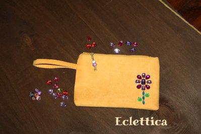 Borsetta clutch in alcantara gialla/arancio con pietre sew-on in acrilico colorato