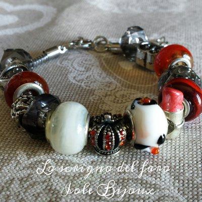 Bracciale metallo perle foro largo rosse con charms cuori, corona e rossetto