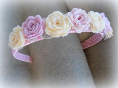 Cerchietto rosa con rose piccole rosa e panna fatto a mano