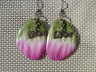 Orecchini pendenti in pasta polimerica rosa-verde con charm