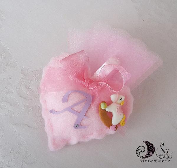 Bomboniera battesimo portaconfetti cuore in tessuto completa cavallo a dondolo e lettera personalizzabile
