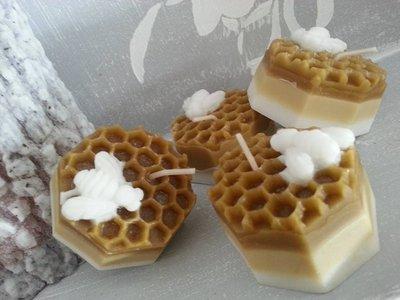 Candela in cera d'api con piccola ape