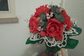 bouquet rose rosse e pizzo bianco