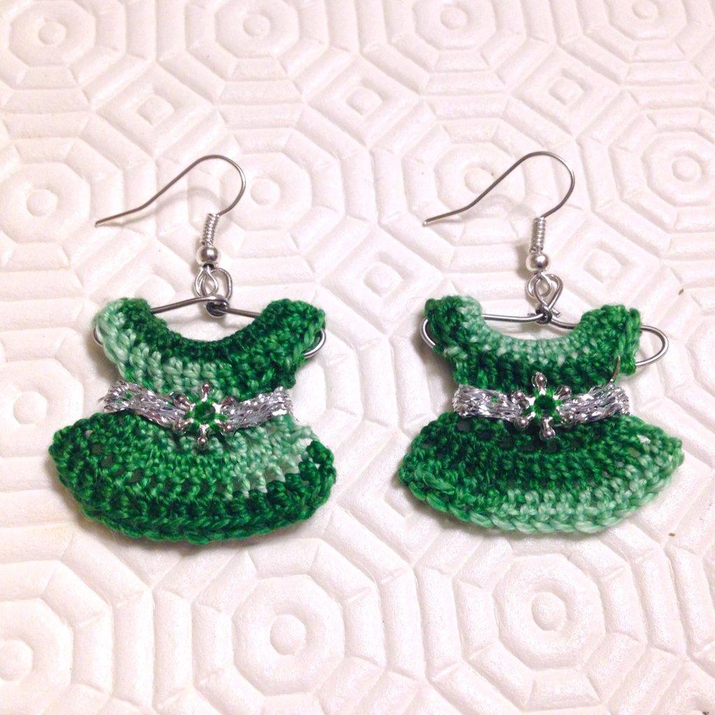 Orecchini pendenti con mini vestitini nelle sfumature del verde su piccola gruccia, decorati con perline e nastrini, fatti a mano all'uncinetto