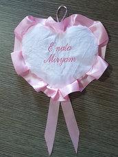 Fiocco nascita ricamato fuori porta coccarda cuore rosa personalizzato