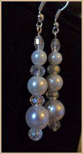 Orecchini chiodino con perle bianche e rondelle trasparenti