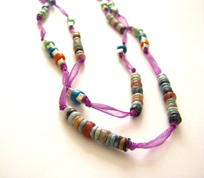 Collar con cintas de tul púrpura y discos de piedra natural
