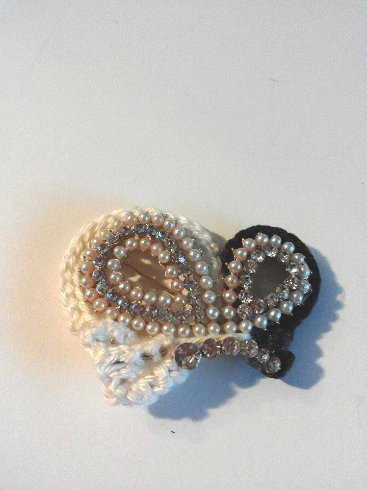 Spilla profilo farfalla color marrone scuro e bianco decorata a mano con profilo ad uncinetto e piccolissime perline e strass