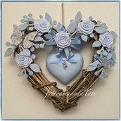 Cuore/fiocco nascita in vimini con rose,farfalla e cuore azzurri
