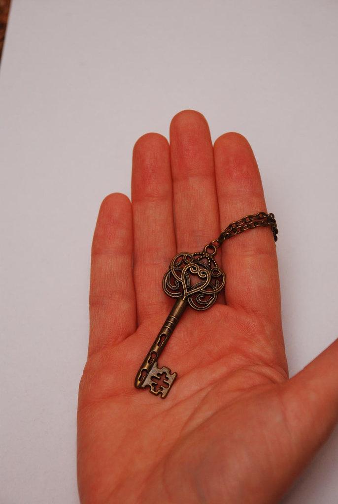 Collana con chiave color bronzo