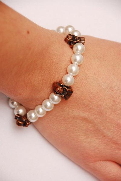 Bracciale con perle bianche e angioletti