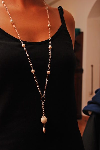 Collana lunga con perle bianche e pendente a goccia