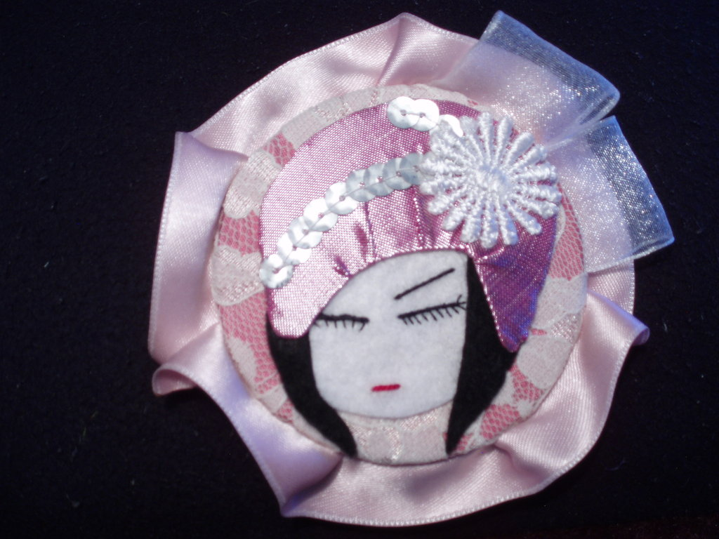 Porcelain Doll, Broche.