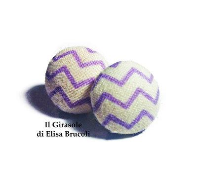 Orecchini a bottoncino  a perno in tessuto - stoffa bianchi con righe zigrinate lilla
