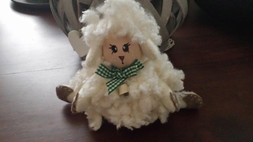 pecorella bianca con campanella