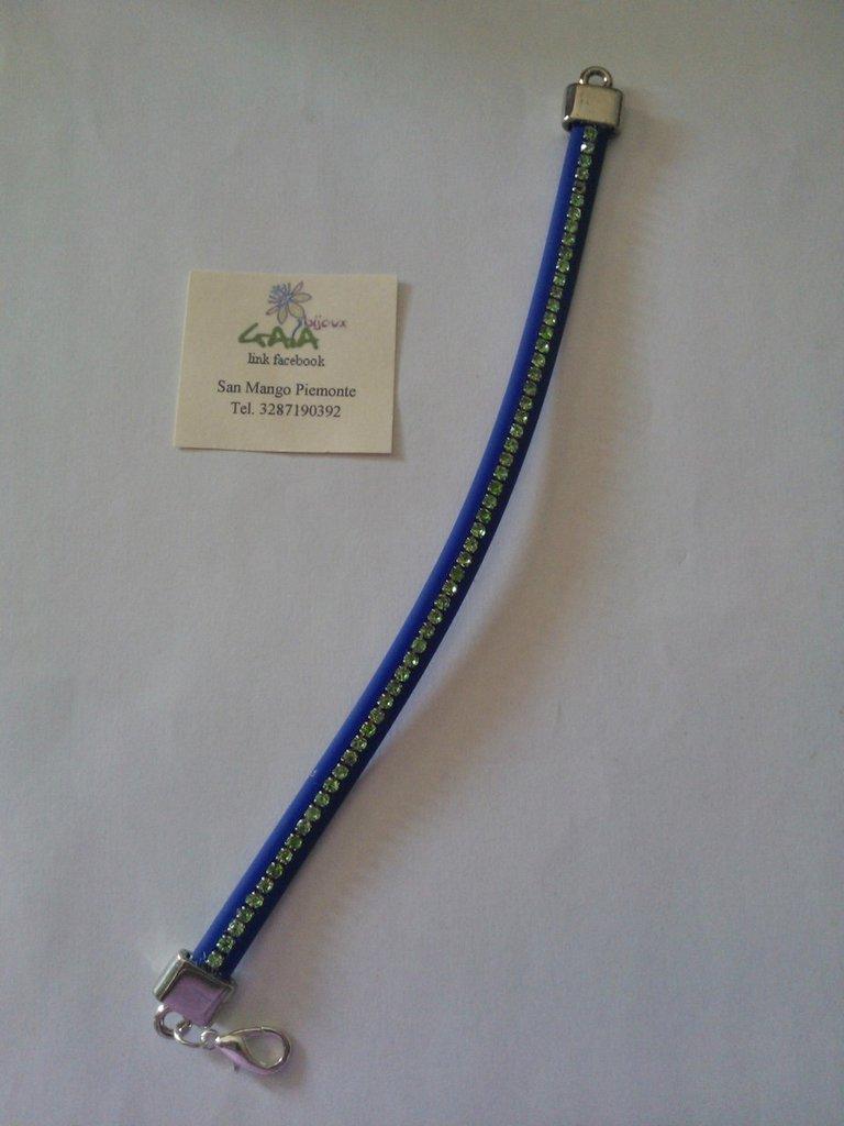 Bracciale in caucciù blu con catena con strass incastonati verde acido