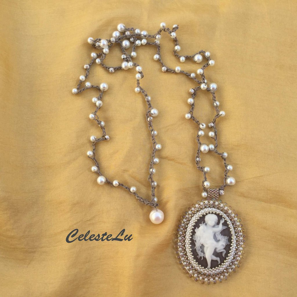 Collana a uncinetto con perle cerate  e pendente  putto