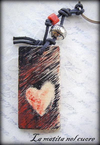 Portachiavi Cuore Graffiato in legno dipinto a mano forma rettangolare