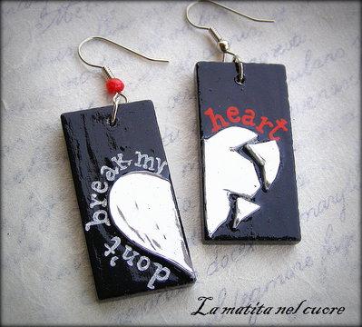 Orecchini Don't break my heart in legno dipinto con cuore a pezzi a specchio