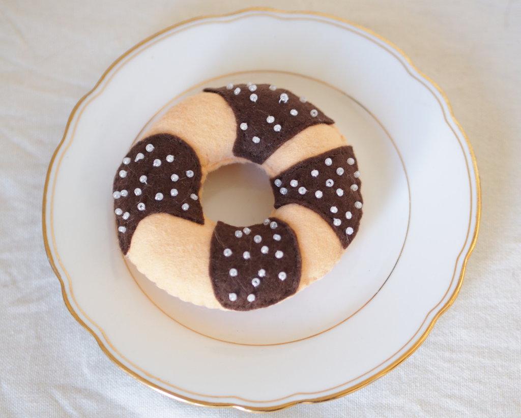 Ciambella Soleado ricoperta di cioccolato-Feltro e perline.Fatta a mano.Bomboniera,arredamento,regalo.Puntaspilli
