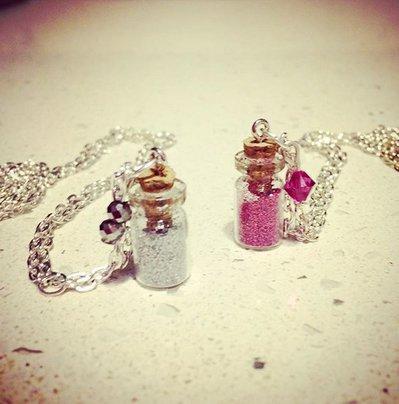 collana con mini ampolla decorata con glitter colorati