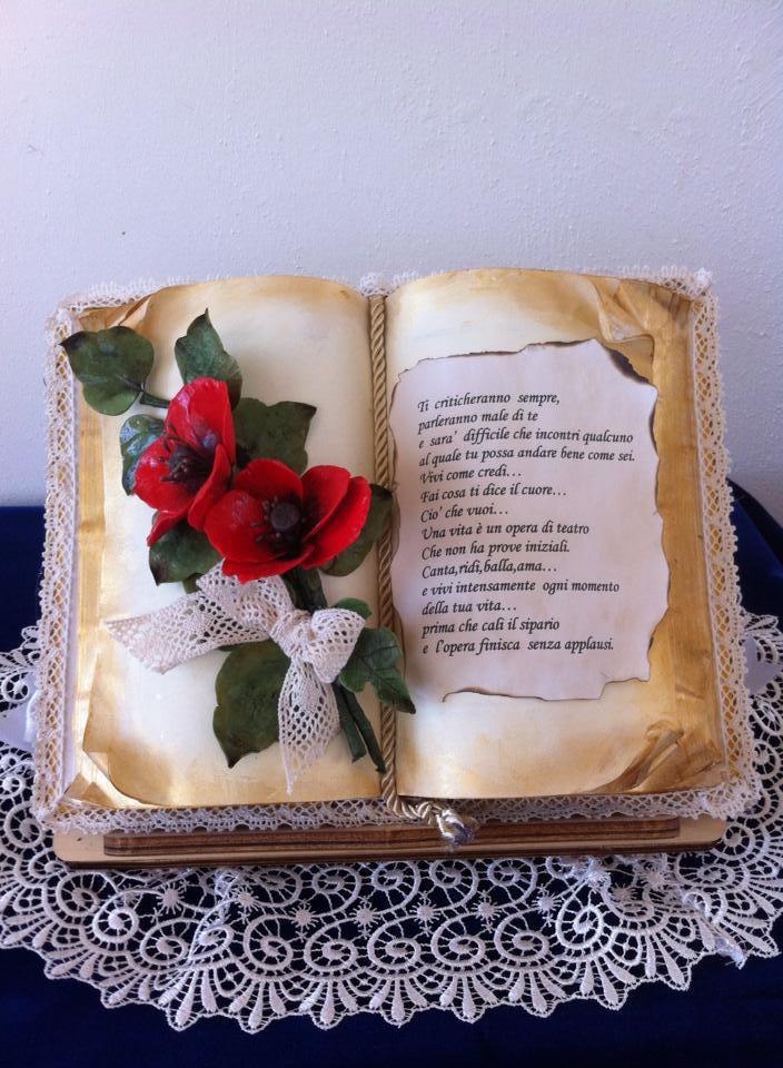 Libro aperto con dedica e decorazione