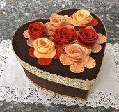 Scatola a forma di cuore rivestita e decorata con rose in feltro