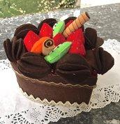 Scatola a forma di cuore rivestita in feltro e decorata con frutta di feltro