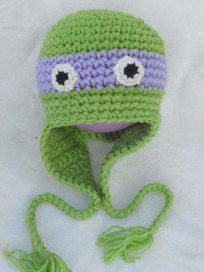 Cappello tartarughe ninja realizzato all'uncinetto in materiale acrilico con fascia viola