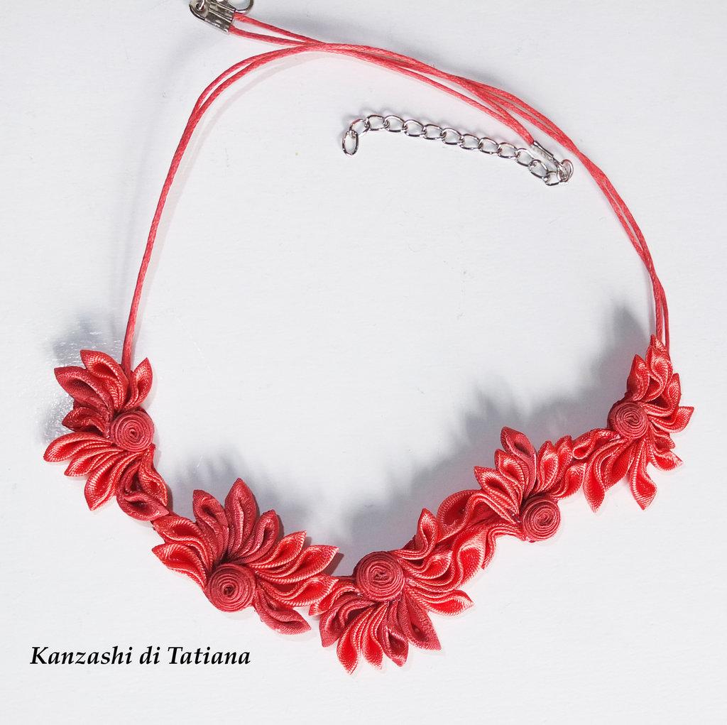 Collana kanzashi fatta a mano con fiori colore corallo
