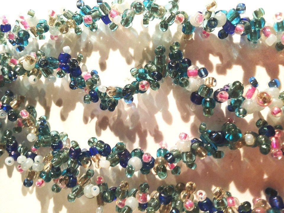 Bracciale a 4 file di corallini su varie sfumature dell'azzurro verde rosa e grigio