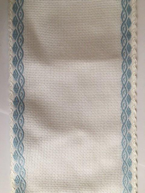 Bordino a Trama Aida Bianca h. 13,5 cm con cimosse con motivo greca azzurra
