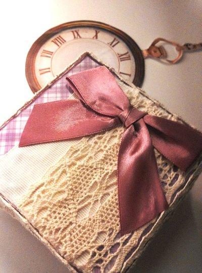 Scatola porta orologio quadrata rivestita con carta quadrettata bianco lilla e decorata grogrè bianco pizzo in cotone ecrù e fiocco in raso color rosa antico