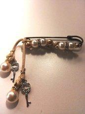 Spillone con perle di due tipi nella montatura e ciondoli con piccole chiavine e perla di una terza tipologia