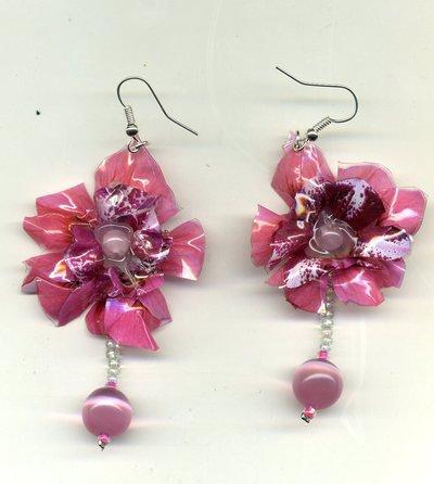Orecchini con grande fiore rosa in sospeso trasparente e occhio di gatto rosa