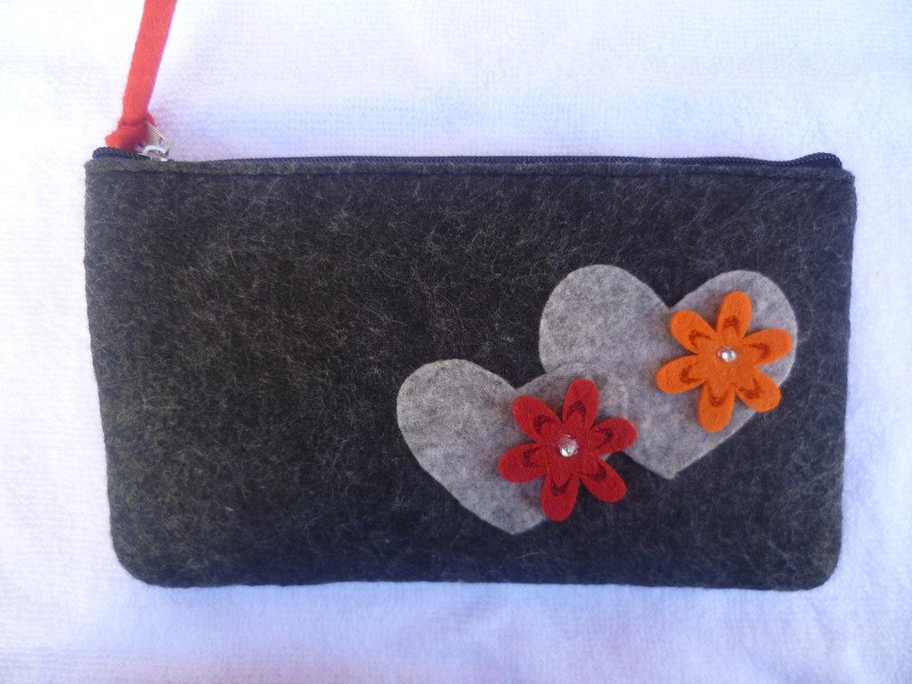 Astuccio-pochette in panno decorato a mano