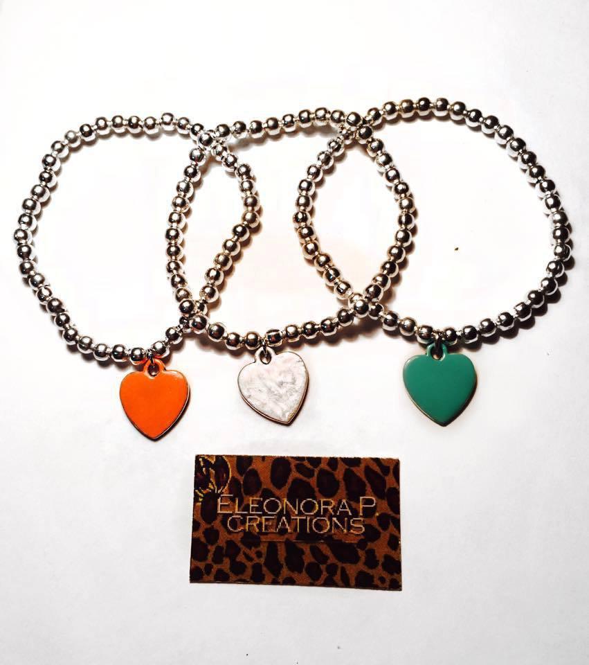 Bracciale elasticizzato con perle color argento e ciondolo cuore colorato