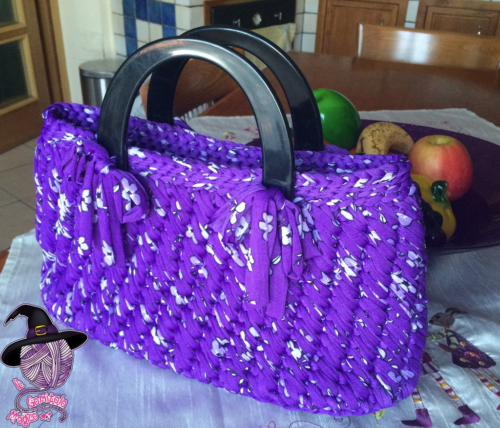 Borsa primaverile in fettuccia viola con fiori lilla