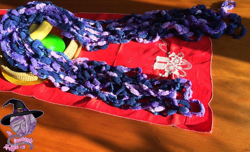 Sciarpa con pompon viola e blu fatta a mano
