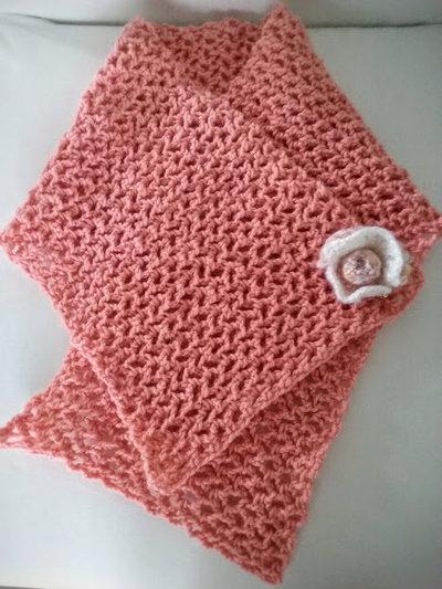 Scaldacollo fatto a mano all'uncinetto con spilla Freeform Crochet