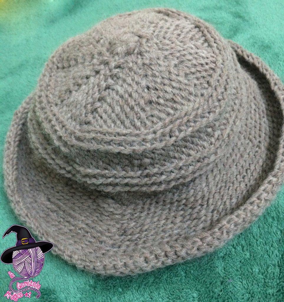 Cappello in lana all'uncinetto per bambina